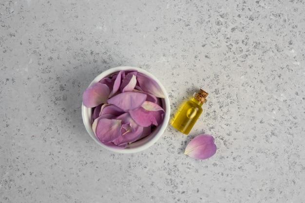 Roze bloem en etherische olie. spa en aromatherapie
