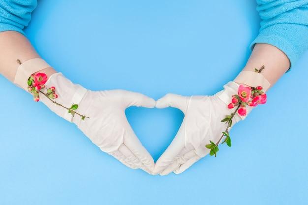 Roze bloem hart plakband hand medische covid 19 handschoen patch witte achtergrond