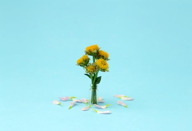 Roze bloem op een gekleurde minimale achtergrond. bloemen creatieve achtergrond. kopieer ruimte