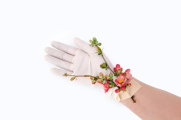 Roze bloem plakband hand medische handschoen patch witte achtergrond