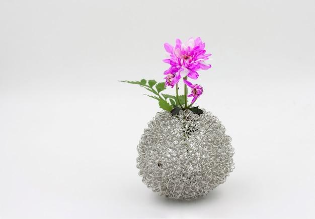 Roze bloemboeket in vaas op witte achtergrond