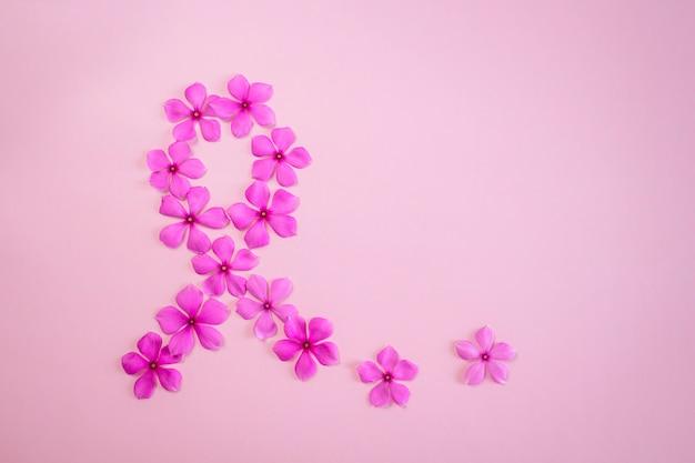 Roze bloemen die lintvorm maken voor de voorlichting van borstkanker.