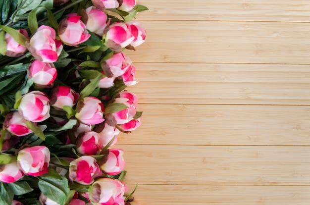 Roze bloemen die met copyspace worden geschikt