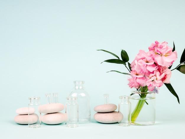 Roze bloemen in glazen pot