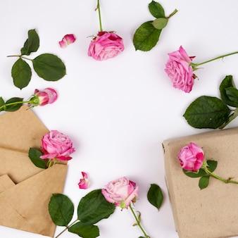 Roze bloemen met bruine giftdoos op witte achtergrond