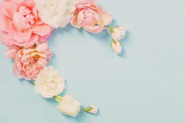 Roze bloemen op blauw papier achtergrond