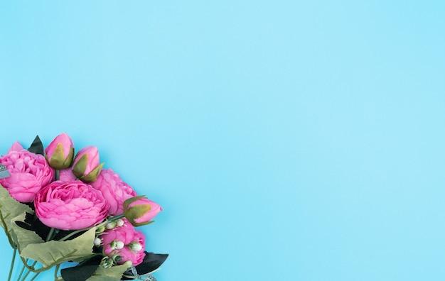Roze bloemen op blauwe achtergrond. moederdag, lente concept. groet, uitnodigingskaart.