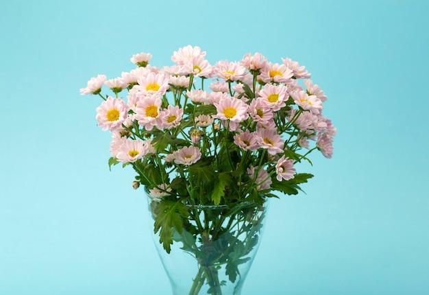 Roze bloemen op een gekleurde minimale achtergrond. floral achtergrond concept