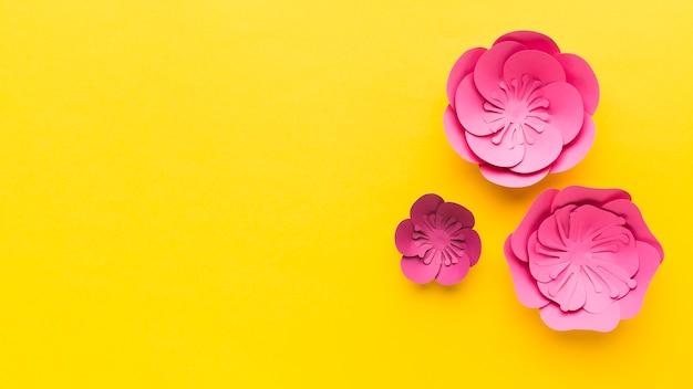 Roze bloemen papieren ornament met kopie-ruimte