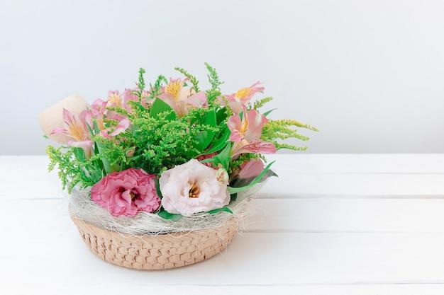 Roze bloemenboeket op tafelvrouwen of moederdagachtergrond