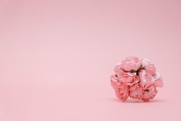 Roze boeket van bloemendoos op roze achtergrond voor valentijnsdag