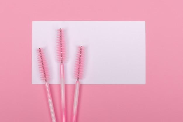 Roze borstels voor wenkbrauwen en wimperextensions