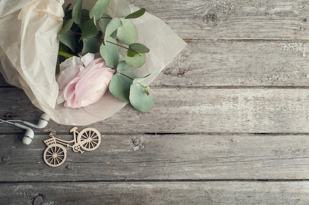 Roze boterbloem, koptelefoon, fiets