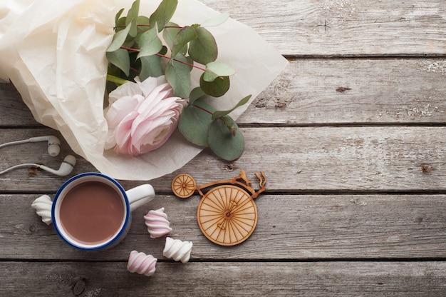 Roze boterbloem, koptelefoons en warme chocolademelk