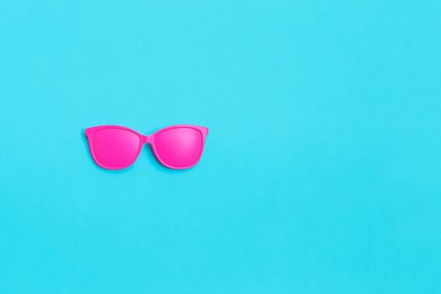 Roze bril op blauw. minimaal concept.