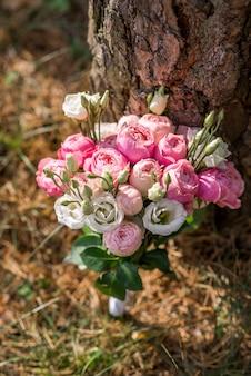 Roze bruidsboeket met pioenrozen en rozen