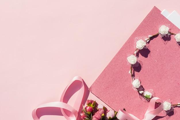 Roze bruiloft arrangement met bloem kroon en kopie ruimte