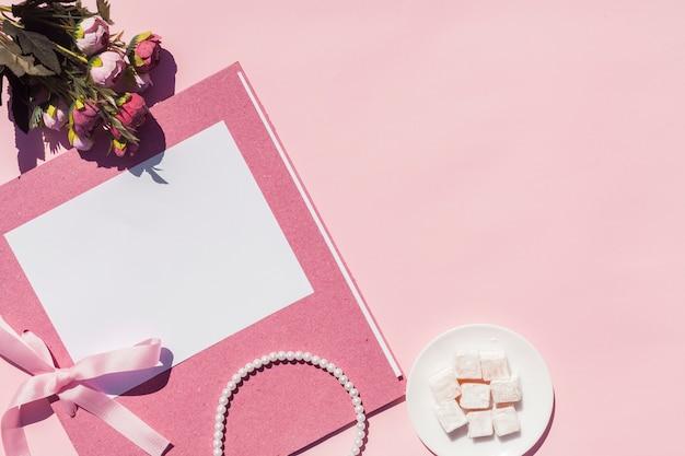 Roze bruiloft arrangement met kopie ruimte
