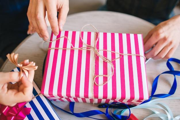 Roze cadeau versieren met touw