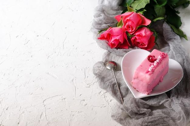 Roze cake en rozen