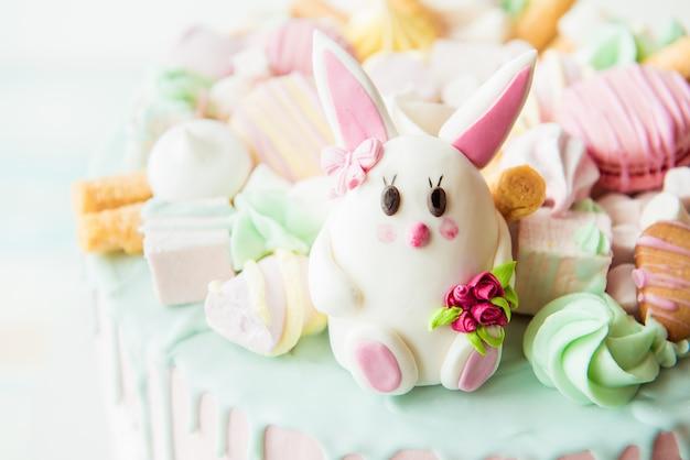 Roze cake met konijn voor de verjaardag van kinderen