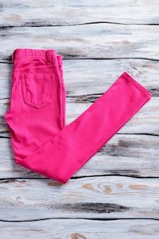 Roze casual broek broek op witte houten achtergrond regular fit broek voor dames item uit nieuwe collectie