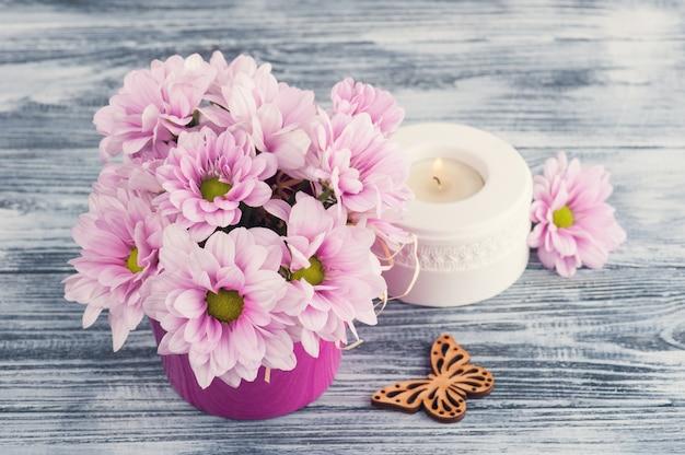 Roze chrysant met kaars