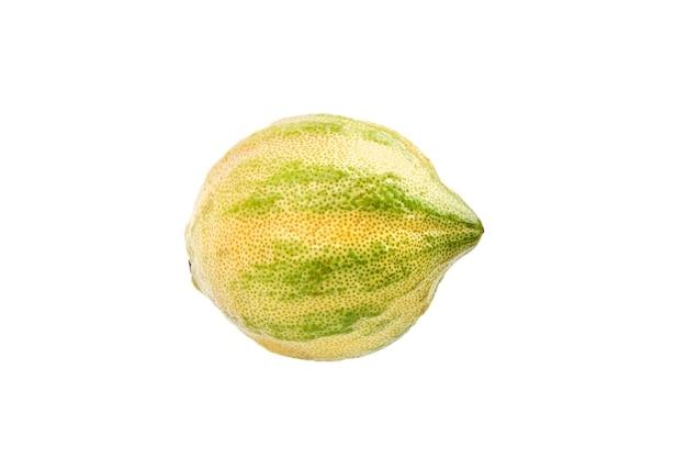 Roze citroen met gestreepte korst of bonte eureka-citroen die op wit wordt geïsoleerd