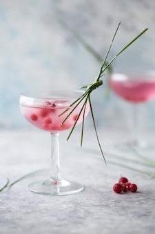 Roze cocktail close-up. drank met roos en proseccowijn in drinkware. exotische franse cocktail portie met crushed ijs in glaswerk