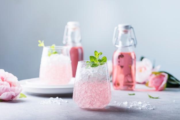 Roze cocktail met crushed ijs