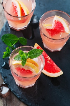 Roze cocktail met ijs en munt