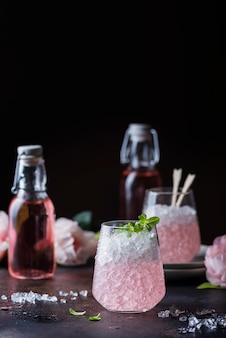 Roze cocktail met munt