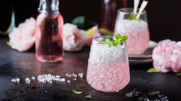 Roze cocktail met munt