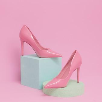 Roze damesschoenen. pastelkleuren geometrische ruimte. mode en glamourconcept