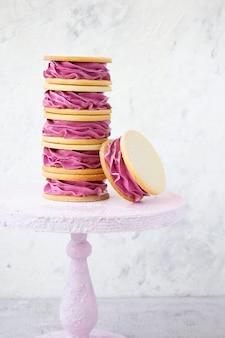 Roze dessert op een lichte muur