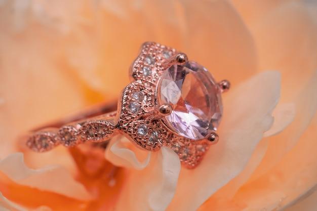 Roze diamanten ring op roze bloem