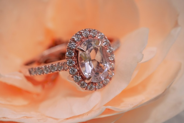 Roze diamantring op roze bloemachtergrond