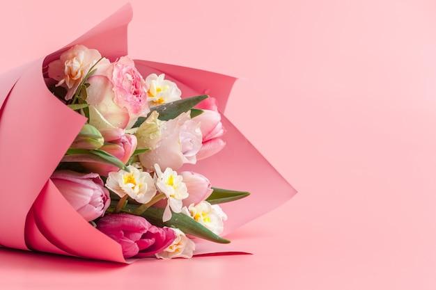 Roze dichte omhooggaand van het bloemenboeket op kleurenachtergrond