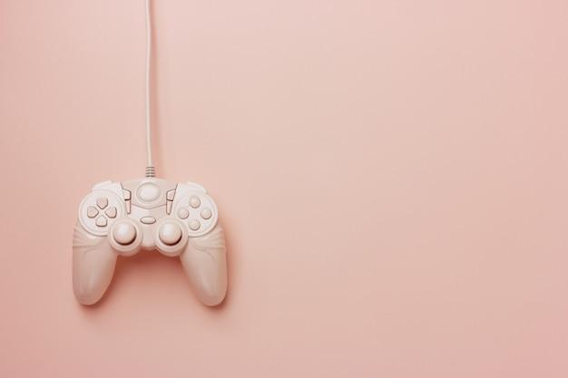 Roze die joystick op een roze achtergrond wordt geïsoleerd