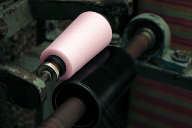 Roze draadspoel voor industriële naaifabriek
