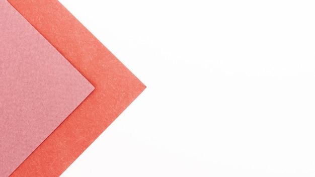 Roze driehoekige kartonnen vellen met kopie ruimte