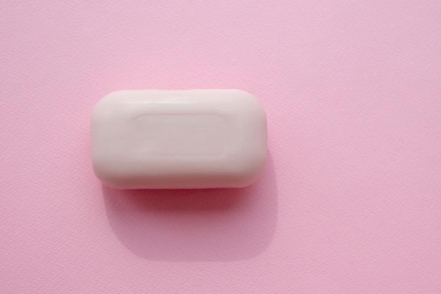 Roze droge zeep op een roze tafel