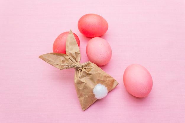 Roze eieren met bunny papieren zak voor paasvakantie
