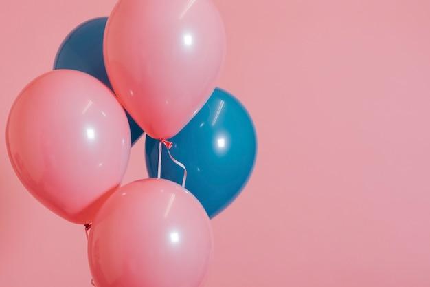 Roze en blauwe ballonnen voor een verjaardagsfeestje
