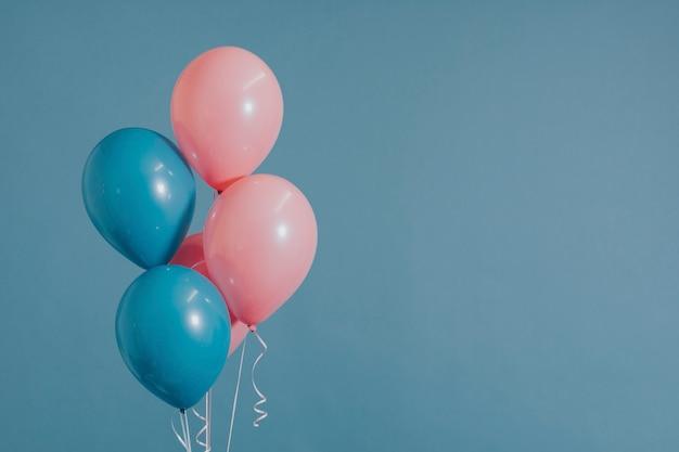 Roze en blauwe heliumballonnen