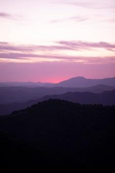 Roze en blauwe lucht met bergen