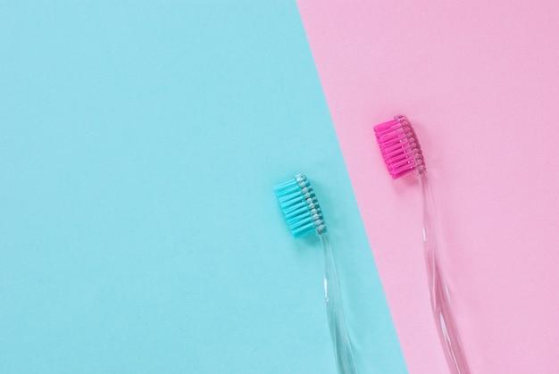 Roze en blauwe tandenborstels voor hem en haar, minimaal ontwerp met kopie ruimte