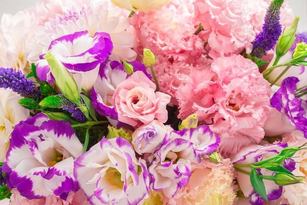 Roze en paars boeket bloemen in een roze doos geïsoleerd