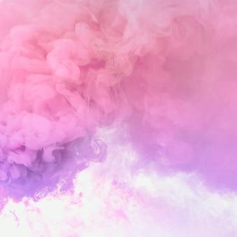 Roze en paars rookeffect op een wit behang
