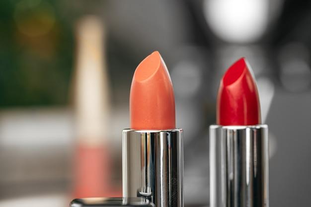 Roze en rode lippenstift op kaptafel